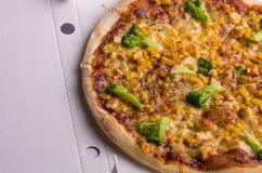 与鸡、玉米、硬花甘蓝和乳酪的薄饼在箱子 免版税库存图片