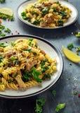 与鸡、绿色无头甘蓝、大蒜、柠檬和帕尔马干酪的自创面团fusilli 健康家庭食物 免版税库存照片