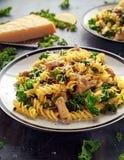 与鸡、绿色无头甘蓝、大蒜、柠檬和帕尔马干酪的自创面团fusilli 健康家庭食物 免版税库存图片