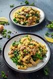 与鸡、绿色无头甘蓝、大蒜、柠檬和帕尔马干酪的自创面团fusilli 健康家庭食物 库存照片