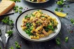 与鸡、绿色无头甘蓝、大蒜、柠檬和帕尔马干酪的自创面团fusilli 健康家庭食物 库存图片