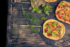 与鸡、菜和橄榄的鲜美薄饼 在桌上的自由空间 库存图片