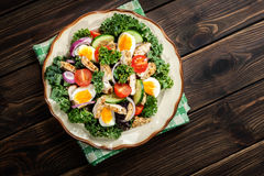与鸡、蕃茄、鸡蛋和莴苣的新鲜的沙拉在板材 免版税库存照片