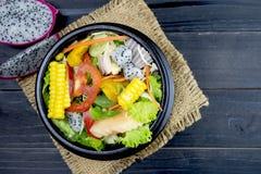 与鸡、蕃茄和混杂的绿色,菜用结页草的新鲜的沙拉, 免版税库存照片
