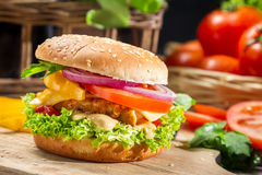 与鸡、蕃茄和葱的自创汉堡包 免版税图库摄影