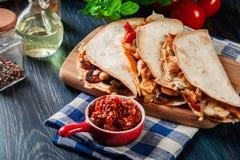 与鸡、香肠加调料的口利左香肠和红辣椒的墨西哥油炸玉米粉饼 库存图片