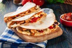 与鸡、香肠加调料的口利左香肠和红辣椒的墨西哥油炸玉米粉饼 图库摄影