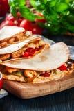 与鸡、香肠加调料的口利左香肠和红辣椒的墨西哥油炸玉米粉饼 免版税库存照片