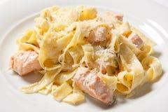 与鸡、巴马干酪和荷兰芹的面团意大利细面条阿尔弗雷德在白色板材 carpaccio烹调非常好的食物意大利生活方式豪华 免版税图库摄影