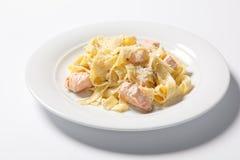 与鸡、巴马干酪和荷兰芹的面团意大利细面条阿尔弗雷德在白色板材 carpaccio烹调非常好的食物意大利生活方式豪华 库存照片