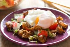 与鸡和荷包蛋的沙拉 库存图片