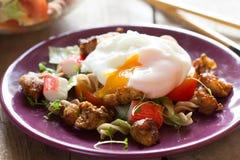 与鸡和荷包蛋的沙拉 免版税图库摄影