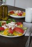 与鸡和蔬菜的健康沙拉 免版税库存照片