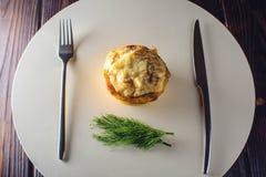 与鸡和蘑菇的菜丝汤服务与酸性稀奶油,荷兰芹 库存图片
