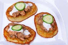 与鸡和蘑菇酱油的土豆薄烤饼 免版税库存图片