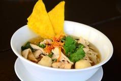 与鸡和酥脆油煎的馄饨的米线汤 免版税图库摄影