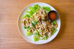 与鸡和鸡蛋的混乱油煎的新鲜的米面粉面条 库存照片