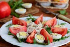 与鸡和鸡蛋的简单的菜沙拉 与新蕃茄切片的健康沙拉,芝麻菜,煮沸了鹌鹑蛋,鸡内圆角 免版税库存照片