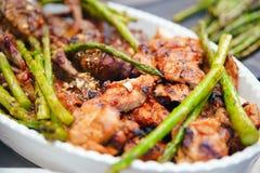 与鸡大腿的油煎的绿色芦笋,用餐营养的概念 抛光 食物 图库摄影
