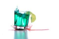 与鸡尾酒溢出的饮料玻璃 库存照片