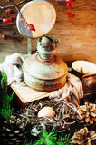 与鸡的复活节构成在温暖的木背景怂恿 复活节构成用新鲜的鸡蛋 在巢的鸡鸡蛋, t 免版税库存图片