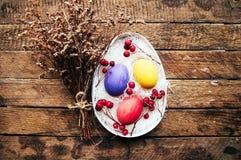 与鸡的复活节构成在温暖的木背景怂恿 复活节构成用新鲜的鸡蛋 在巢C的鸡鸡蛋 图库摄影