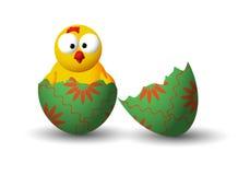 与鸡的残破的复活节彩蛋 图库摄影