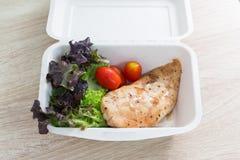 与鸡的沙拉在食物箱子 免版税图库摄影