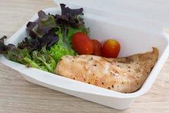 与鸡的沙拉在食物箱子 库存图片