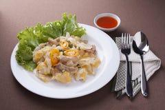 与鸡的油煎的面条用调味汁、匙子和叉子午餐的 库存照片