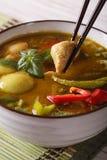 与鸡的泰国绿色咖喱在碗宏指令 库存图片