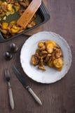 与鸡的烤土豆在木背景 免版税图库摄影