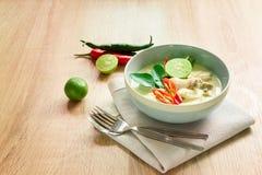 与鸡的辣乳脂状的椰子汤,泰国食物告诉了汤姆Kh 库存图片
