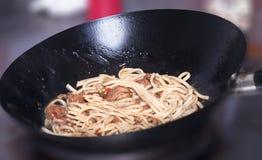 与鸡的面条在铁锅平底锅 图库摄影