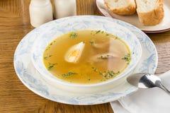 与鸡的饮食在木桌上的汤和鸡蛋 库存照片