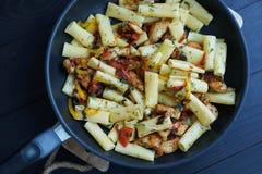 与鸡的Tortiglione面团在蕃茄调味汁  免版税库存图片