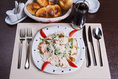 与鸡罗迈因,蕃茄和油煎方型小面包片的凯萨色拉 免版税图库摄影