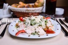 与鸡罗迈因,蕃茄和油煎方型小面包片的凯萨色拉 库存照片