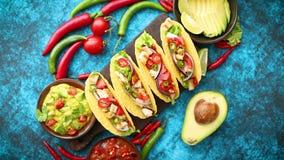 与鸡肉,墨西哥胡椒的墨西哥炸玉米饼,新鲜蔬菜服务与鳄梨调味酱捣碎的鳄梨酱 股票录像