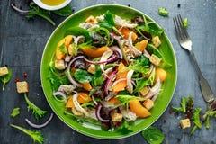 与鸡胸脯、桃子、红洋葱、油煎方型小面包片和菜的新鲜的沙拉在一块绿色板材 健康的食物 免版税图库摄影