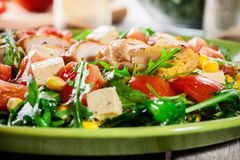 与鸡胸脯、芝麻菜和蕃茄的新鲜的沙拉 免版税库存图片