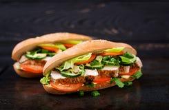 与鸡胸脯的大三明治 免版税库存图片