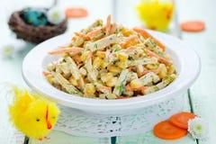 与鸡胸脯,玉米,红萝卜的复活节开胃菜凉拌生菜 免版税库存照片