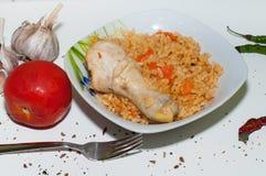 与鸡腿和菜的可口肉饭 免版税库存图片