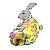 与鸡蛋篮子的复活节兔子 免版税库存图片