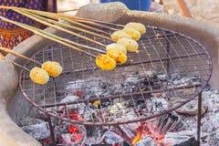 与鸡蛋被盘问的亚洲人的黏米饭 库存图片