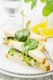 与鸡,菠菜,鲕梨的开胃三明治 免版税库存图片