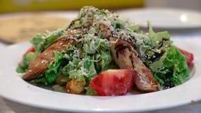 与鸡,西红柿,莴苣的凯萨色拉 免版税库存图片