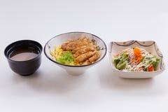 与鸡Teriyaki的米设置了用沙拉和大酱汤 库存图片