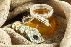 与鸦片和蜂蜜的被烘烤的物品 免版税库存照片